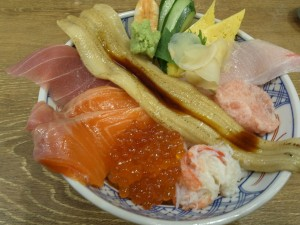 昼食。各種海鮮どんぶりが500円台から提供されている。このどんぶりは1030円。
