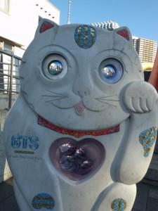 吾妻橋袂のネコの石像。