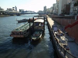 吾妻橋から隅田川を見下ろす。